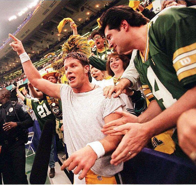 Green Bay Packers quarterback Brett Favre (L) cele