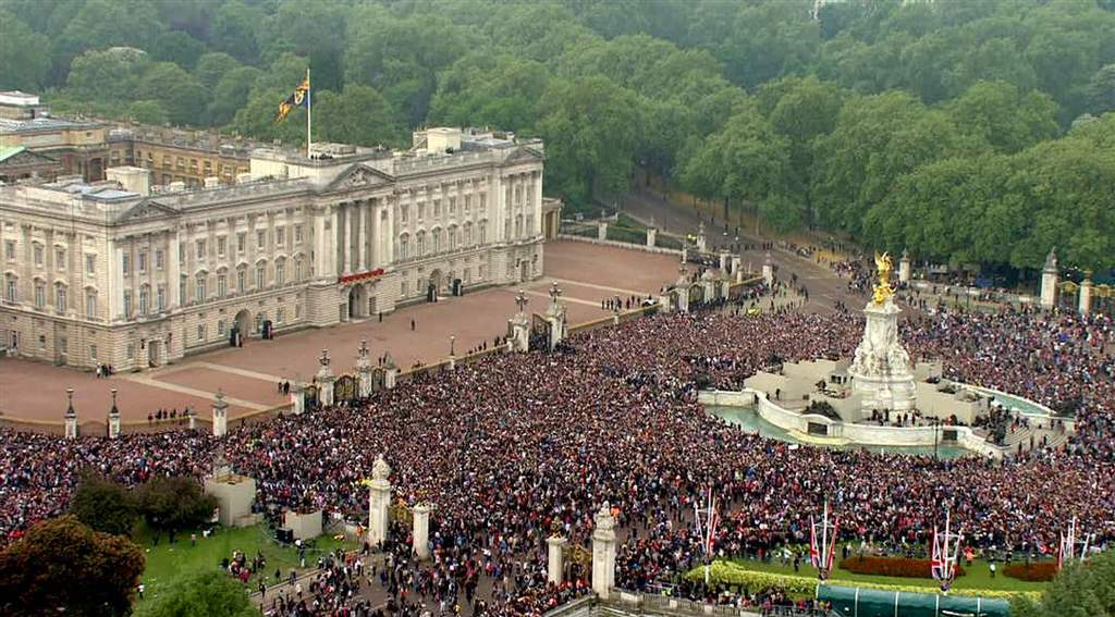 royal wedding-crowd