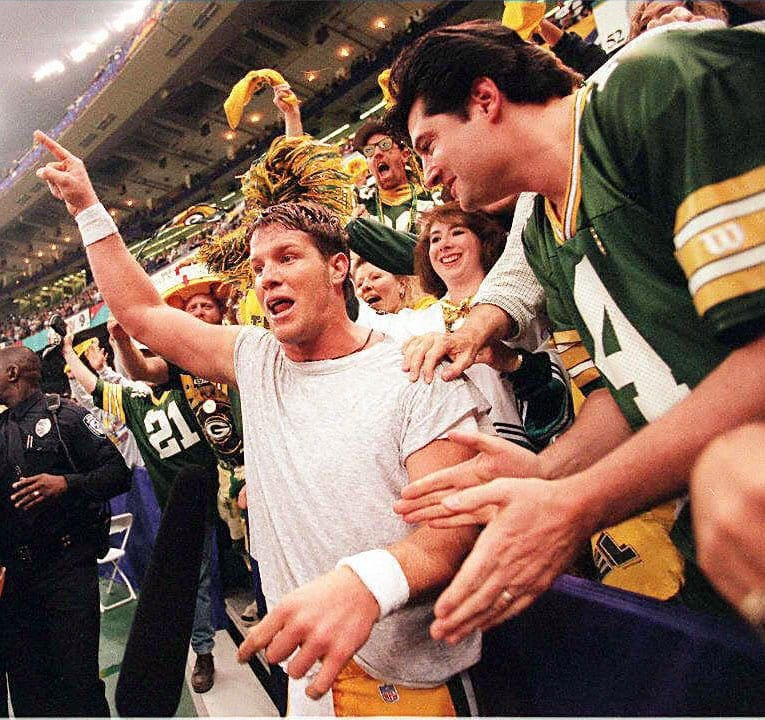 Green Bay Packers quarterback Brett Favre (L) cele