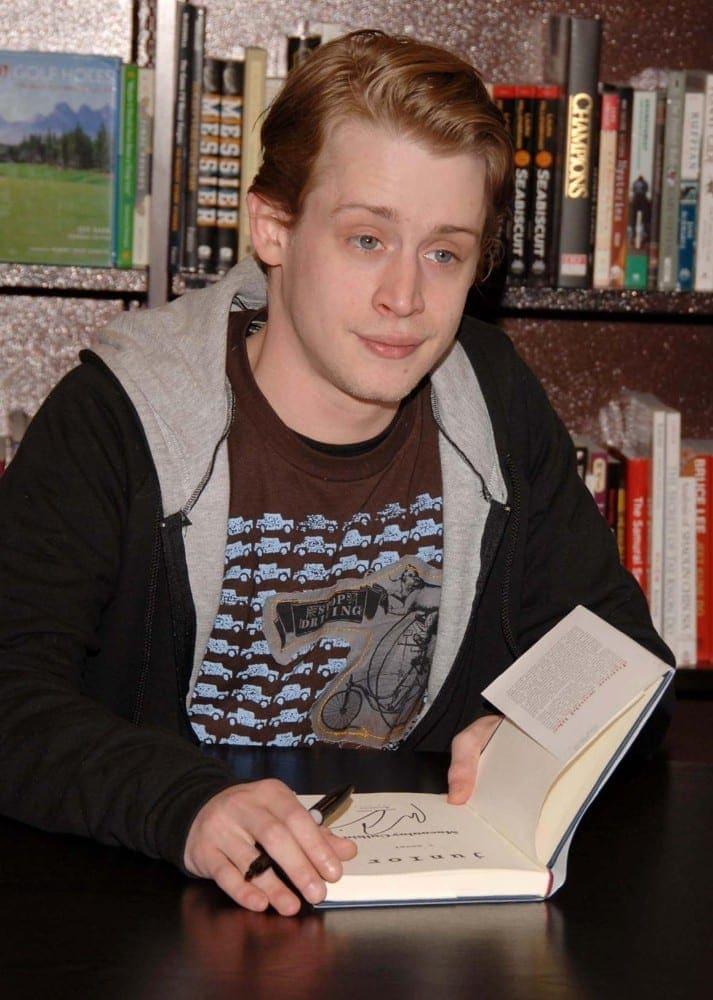 macaulay-culkin-signs-copies-of-his-book-junior-06